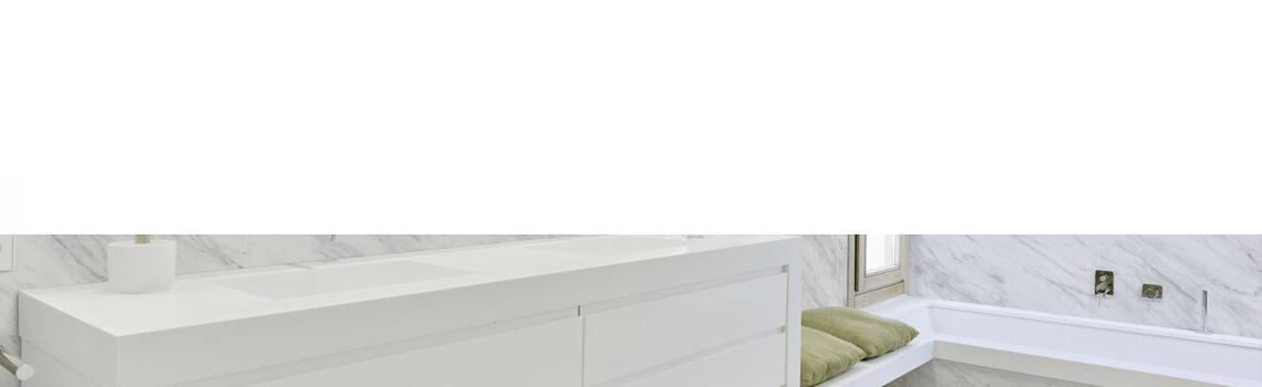 Techlam® Milos bianco 5mm de espesor 1500x1000 cm. El deslumbrante blanco de Techlam Milos Bianco sirve para el despliegue lúdico de sus vetas grises.