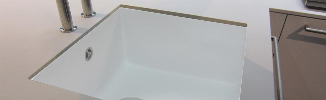 Fregadero de fibra zentia bee 4040 brillo bajo o sobre encimera. La utilización de fibra de vidrio permite fregaderos más ligeros y con mucho diseño.
